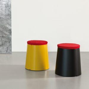 Tavolino-in-metallo-con-ruote-e-pouf-rosso